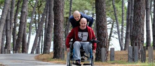 «Les Bracelets rouges»: stratégies de survie en milieu (in)hospitalier