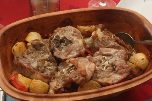 Römertopf d'agneau aux navets, tomates séchées et amandes
