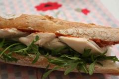 Sandwich au poulet rôti et tartinade de tomate semi-séchée et poivron rouge