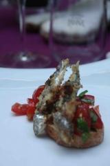 Bruschette d'anchois panés au barbecue et tomates