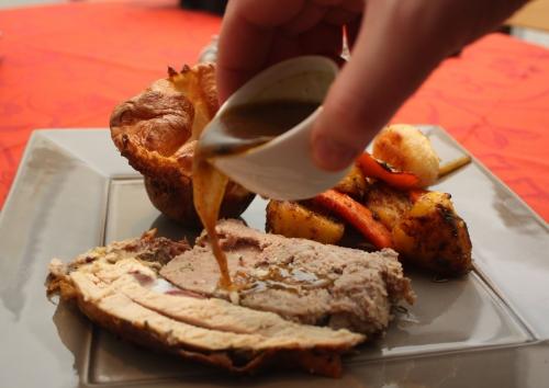 Chapon farci à la Jamie Oliver, légumes rôtis, Yorkshire pudding et gravy