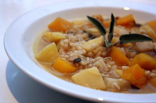 Minestra à l'orge perlé et légumes-racines, bouillon à l'huile d'argan