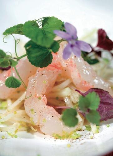 Fraîcheur de langoustines marinées au citron vert, peps de fruits et légumes aux herbes sauvages