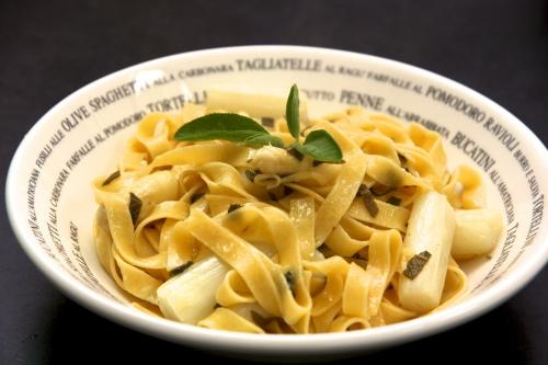 Tagliatelle, asperges blanches et beurre de sauge
