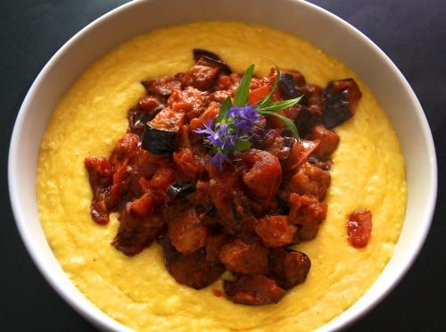 Polenta de maïs frais et ragoût d'aubergine