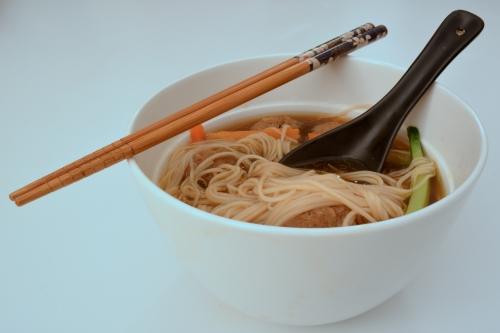 Soupe chinoise aux nouilles et aux boulettes de porc