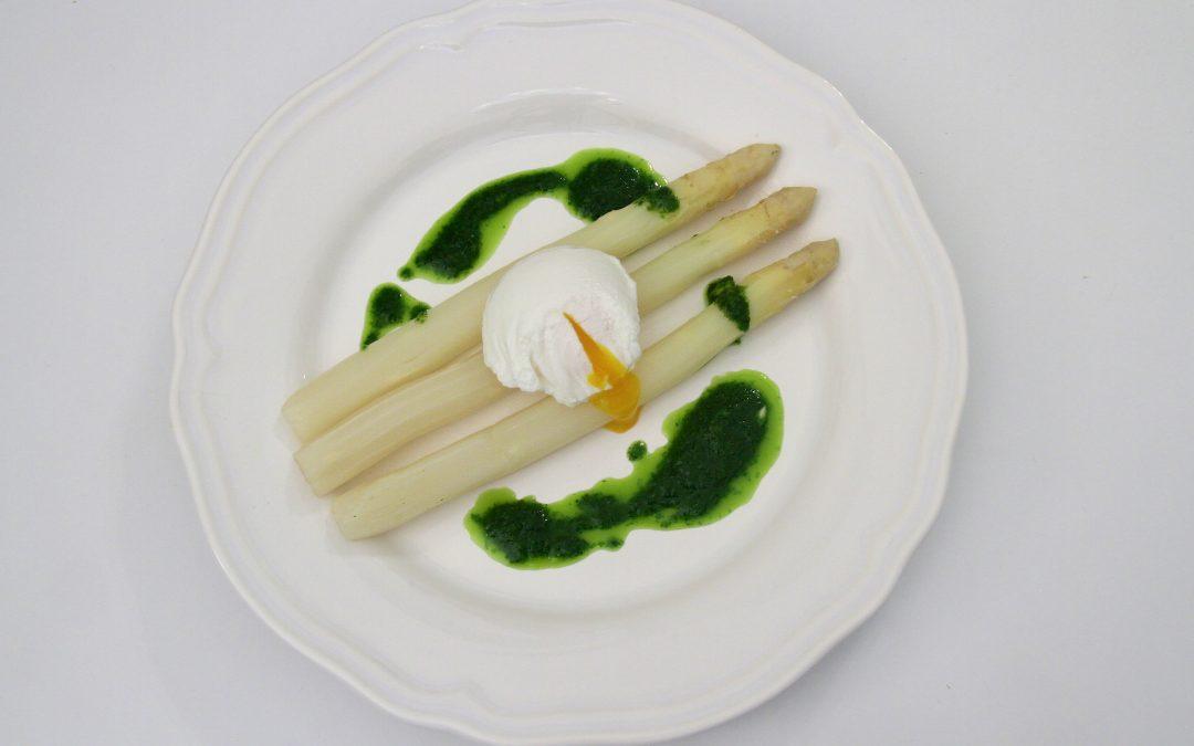 Asperges blanches, oeuf poché et huile verte