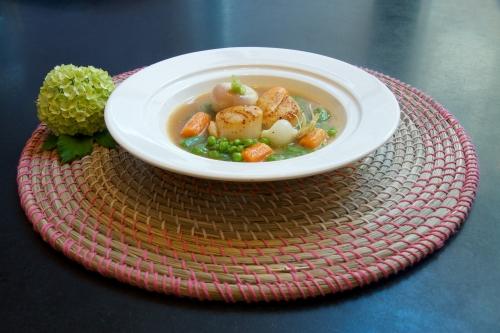 St-Jacques, bouillon épicé au baharat & poêlée de légumes de printemps