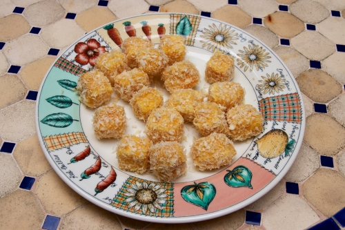 fromage de herve,herve frit,salade d'herbes,gastrique d'ananas,tempura de sureau