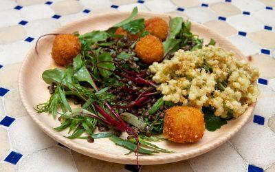 Salade d'herbes et lentilles, Herve pané au panko, gastrique à l'ananas