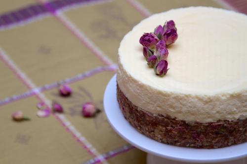 Cheesecake à la faisselle, croûte aux dattes et aux roses de Damas