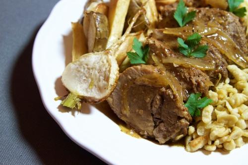 Rôti de porc au jus de pommes, légumes-racines et spätzles