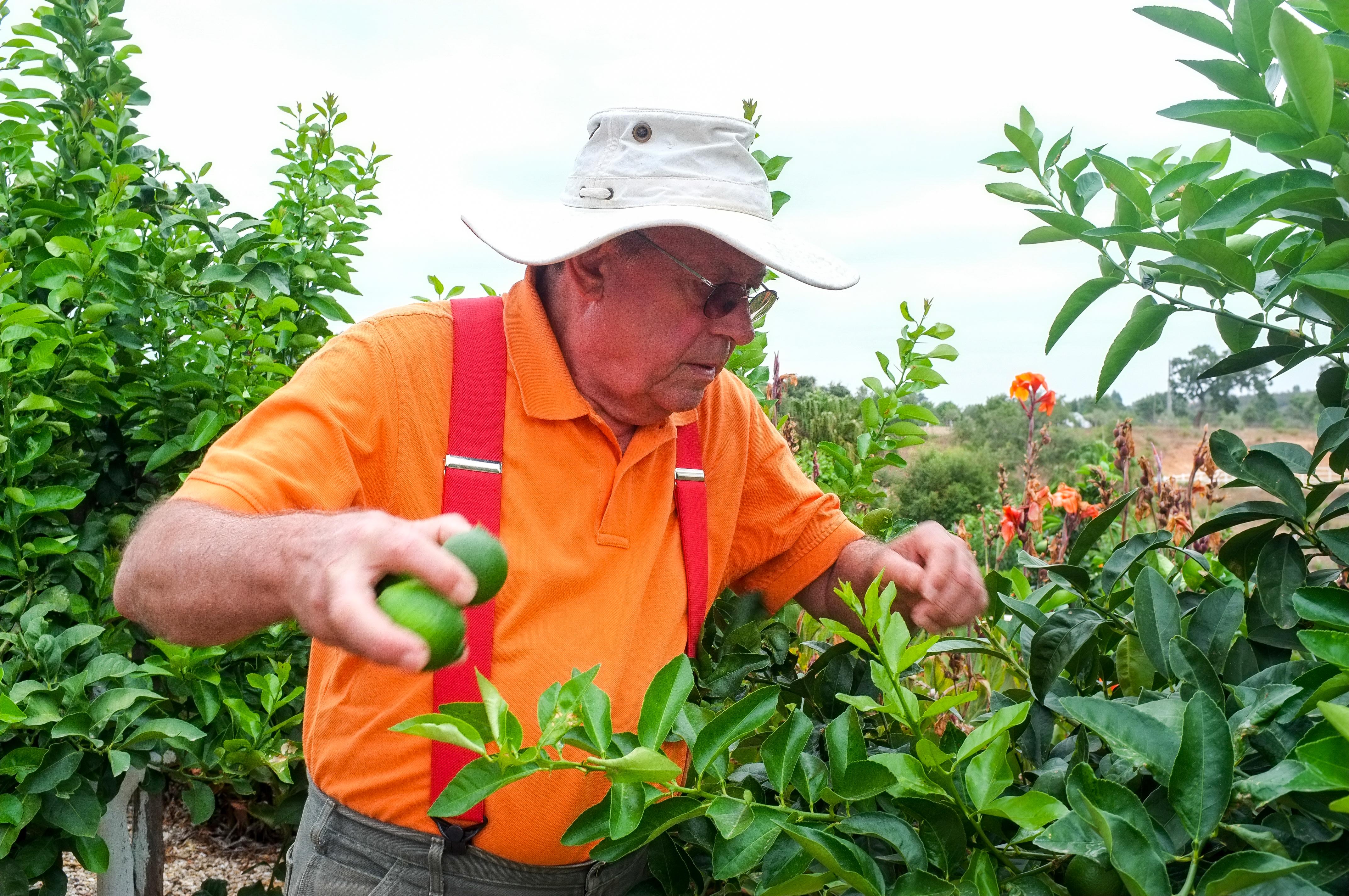 Hans Neuner: «J'aime comment Jean-Paul parle de ces plantes. Je regarde ses yeux, comment il touche ses produits. Je n'ai pas besoin de comprendre ce qu'il dit (Jean-Paul parle en français, NdlR), je ressens juste sa passion.»