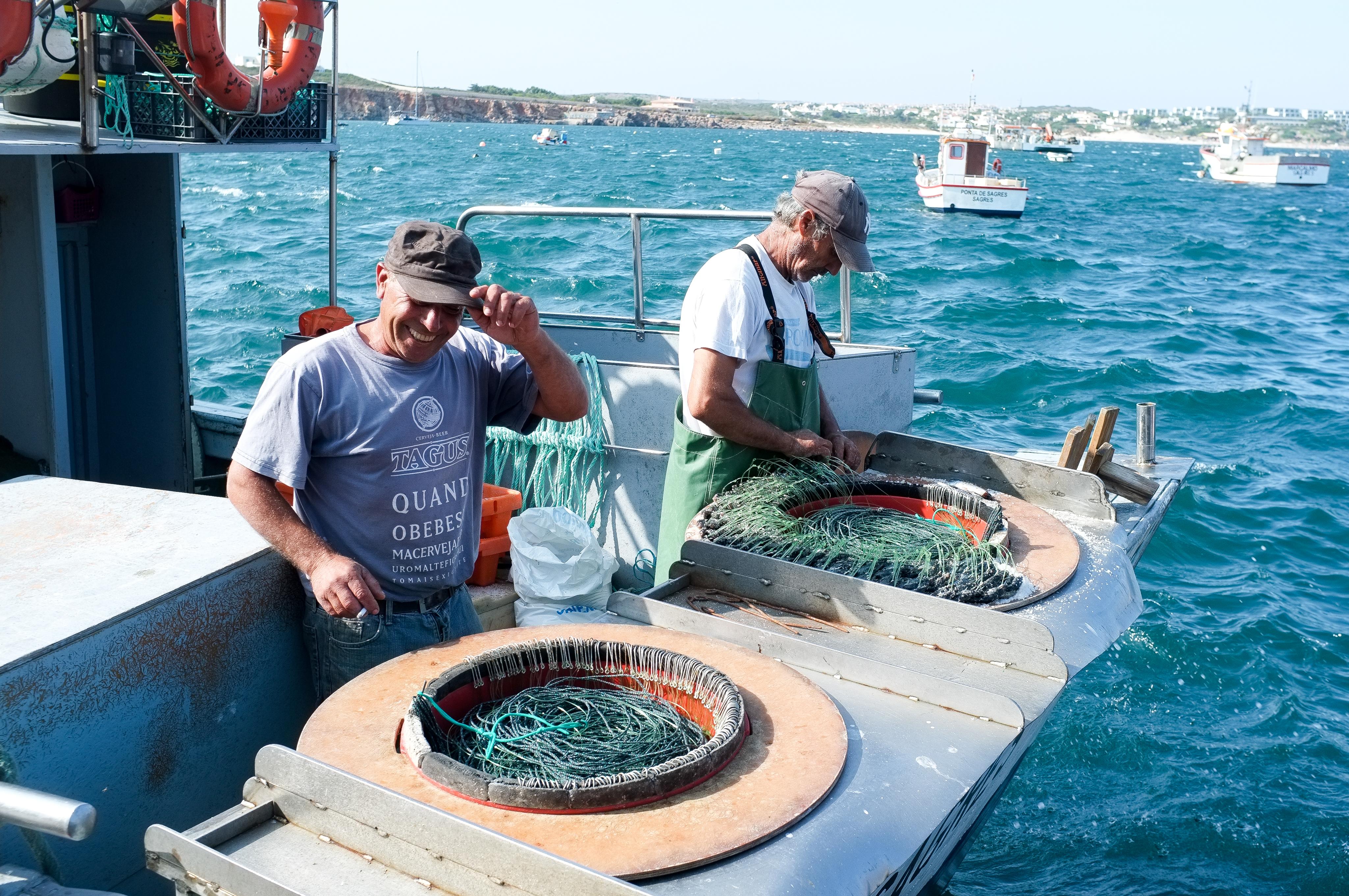 Aujourd'hui, ils ne sont plus que deux à pratiquer la pêche à la ligne en eau profonde sur le port de Sagres. C'est un métier qui disparaît lentement...