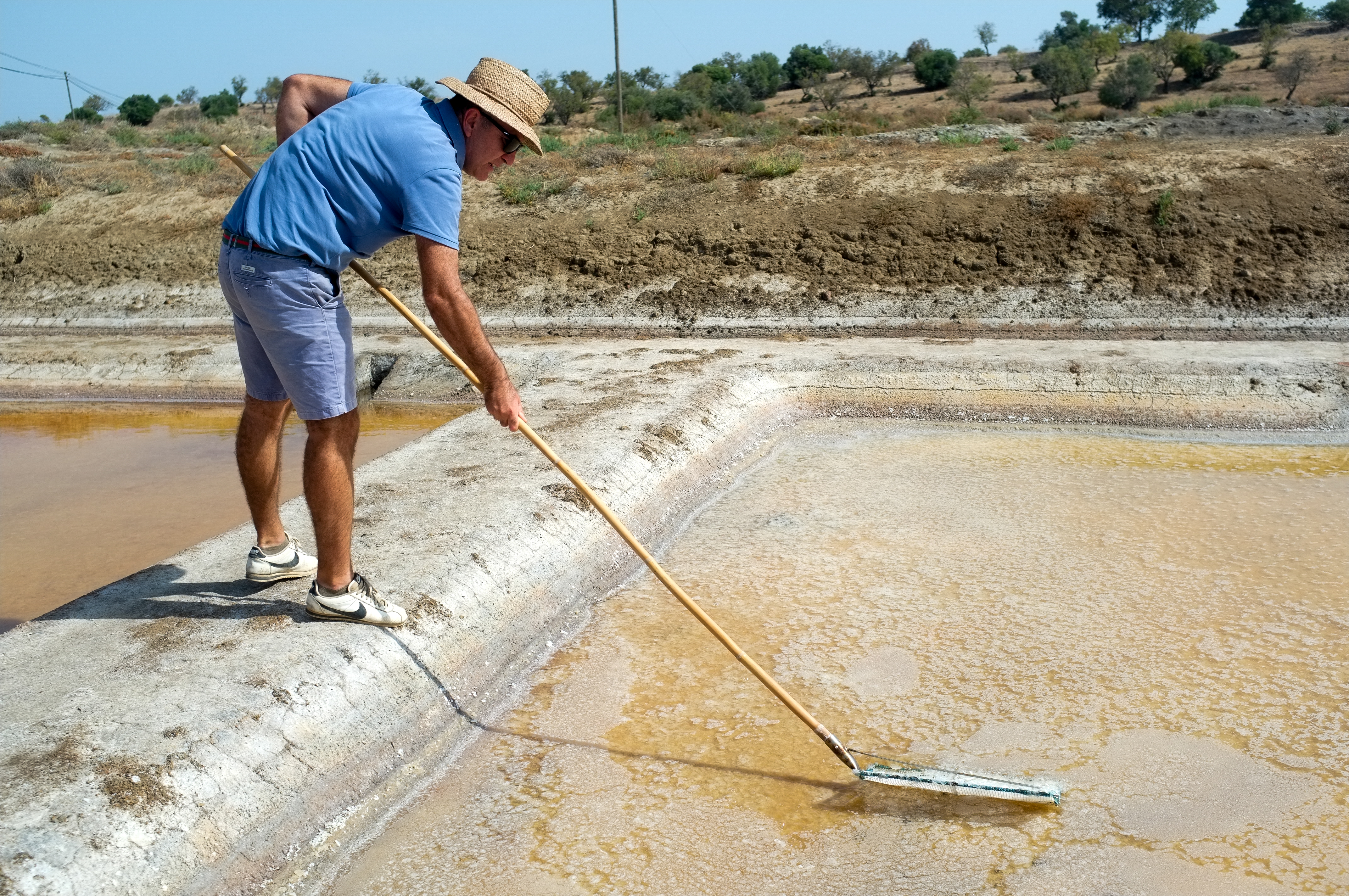 Jorge Raiado récolte sa fleur de sel comme on le fait depuis des millénaires.